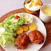 朝食ワンプレート、フルーツヨーグルト、コーンポタージュ。