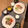 ごはん、豚ヒレの味噌漬け、きゅうりと大根のサラダにトマト、わかめと卵のスープ