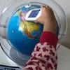 しゃべる地球儀と世界地図の絵本。