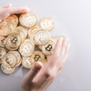 一般人の既婚サラリーマンが仮想通貨とどのように関わっていくかを考えて見た。