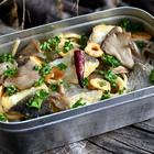 家のガスコンロでソロキャンプ飯「塩たらと舞茸のペペロンチーノ」は1人、にんにくを炒めるのが楽しい【魚屋三代目】