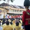 タイのラマ10世の戴冠式パレードは金ぴか 見物客との距離も近い