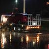 台風が接近する暴風雨の中、車のタイヤがパンクした…