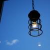 晴天の空のもとに明かりを灯す照明器具