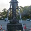 つっかえ棒で支えられている「軍旗奪還之碑」