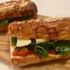 自家製「トマトソース」とルッコラ、カマンベールチーズのサンドイッチ。作り方・レシピ。
