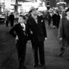 横断歩道を渡るホモ・サピエンスの父子