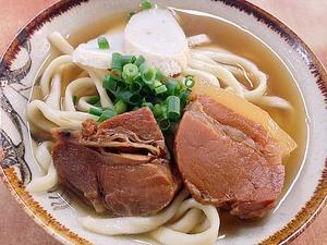 現役最古!1905年創業の老舗「きしもと食堂」の沖縄そば。小サイズは嬉しい500円!