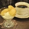四谷三丁目の「月曜喫茶」でバニラアイスのごろっとりんご煮のせ、深煎り。