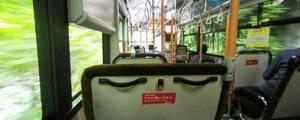 バスの停車ボタンを押そうとしたその瞬間、誰かに押されて、なんだかなぁ~ってモヤモヤした気分になる。