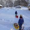 雪の中の薪運び