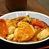 豊洲の「米花」で海老天と帆立天のチリソース、まぐろ刺身、永平寺揚げと里芋の煮物。