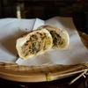 長野市中条『やきもち家』の囲炉裏端で灰焼きおやきを食べる