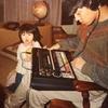 坂本龍一が80年代に子供の前でTR-808を使っているところを撮影した写真がなごむ