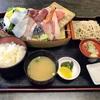 神奈川区山内町 横浜市中央卸売市場の「カネセイ」でお刺身舟盛り定食