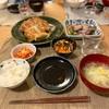 ごはん、焼き餃子、カツオ、にんじん春雨わかめのサラダ、白菜スープ