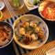 ネギ塩胡麻油酢に柘榴糖蜜風味の冷やしトマト、若芽と雑多な野菜の酢の物、帆立椎茸、その他