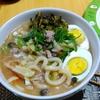 【今日の食卓】とんこつうどん。ミツカンの定番とんこつ醤油スープ使用。おいしいけれど、やっぱり極細麺のラーメンの方が、もっと言えばセンミー(米粉の極細麺)の方がスープが馴染んで美味。 Tonkotsu udon. #食探三昧 #ラーメン #うどん