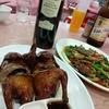 香港地元飯、熟食中心:パリパリ鴿さん、レバーの炒め物、いか団子のおつまみと牛バラ河粉(大埔墟 Tai Po Market)