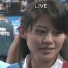 インタビューでチラチラ映る通訳の女性と中山さん