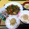 【今日の食卓】主菜は麻婆茄子。汁物は昨日の残りのうどんにタイの豚肉団子入りで美味しい。納豆に生ニンニクときざみパクチーを入れるのが大好き。この感動をサルちゃんと分かち合いたいけれどタイ人のご多分に漏れず納豆は頑として拒否。タイ人の発想「ネバネバ=腐敗」。まぁ熱帯の国に生まれたらそうなるよね。(^-^; #食探三昧 #パクチー #納豆
