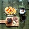 休日の朝食 イスズベーカリーの塩パンとコーヒーと河内晩柑・セミノール