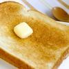 固いバターやマーガリンをパンに塗りやすくする裏ワザと便利グッズ