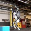鮮やかな身のこなしのロボット!ぴょんぴょん跳ねて宙返り