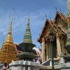 王道観光名所を巡る。輝く寺院「ワットプラケオ」へ
