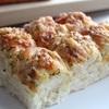 ハム(ベーコン)×チーズ×オニオンをトッピング☆簡単ふわふわちぎりパン。生地作りはホームベーカリーで時短レシピ。