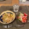 鳥肉団子とネギのスパゲティ、トマトとブロッコリーのサラダ