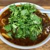 中区長者町の「華隆餐館」で牛肉高菜刀削麺+2辛+パクチー