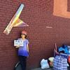 最後につくった作品を売りに街へ出た。ストリートで展示して作品を欲しい人を探す。