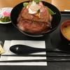 米沢琥珀堂(ぐっと山形)でローストビーフ丼を食す。
