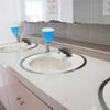 清掃中のトイレと日本人