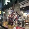 新宿のアディダスショップの窓ガラスは遊び心満載♪♪
