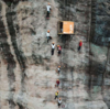 100mの崖で営業するコンビニがある?