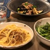 納豆パスタ、春菊とアボカドのサラダ、野菜炒め