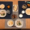 鮭ととうもろこしの炊き込みごはん、鳥肉とオクラの梅煮、(こども)人参とえのきの、(おとな)豆とひじきとトマトの、ナスのピザ
