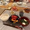 ごはん、鮭のハラス、にんじんのラペ、白菜とツナの温かいサラダ、豆腐とわかめの味噌汁