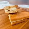 ファミリーマート: 香ばしいクッキーのクリームサンド (キャラメル&バニラ)
