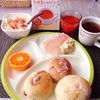 朝食ワンプレート、coronパン、札幌黄たまねぎスープ、バナナヨーグルト。