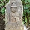 崖下の路傍で信仰を集める 七ツ木のお滝ばあさん(藤沢市)