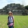 背景はベリーズのアルツンハ遺跡のピラミッド