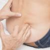 坐骨神経痛はここを押せ!指で〇〇するだけで坐骨神経痛がスーッと引きます!