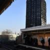 ロンドンで火災の高層マンション、住み替え進まず、住民の意見も無視