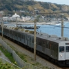 海沿いを走る元東急8000系電車