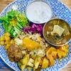 新宿三丁目の「サンラサー」で麻婆カレー マンゴーソース添え、じゃがいもと鶏のイステュー、グンドゥルック(ネパールの青菜のカレー)。