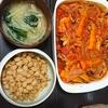 塩鮭のトマト煮込み、味噌汁、チーズ大豆