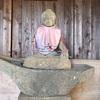 飢饉の霊をなぐさめた三界萬霊塔と 見事な舟の波乗り不動(綾瀬市)